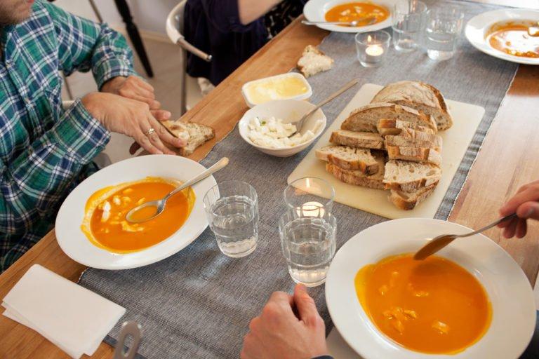 måltid med soppa och bröd