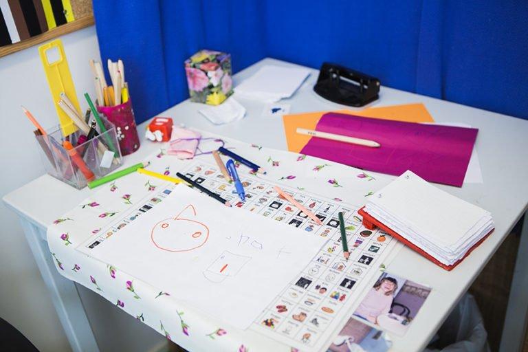 pennor, papper mm på skrivbord