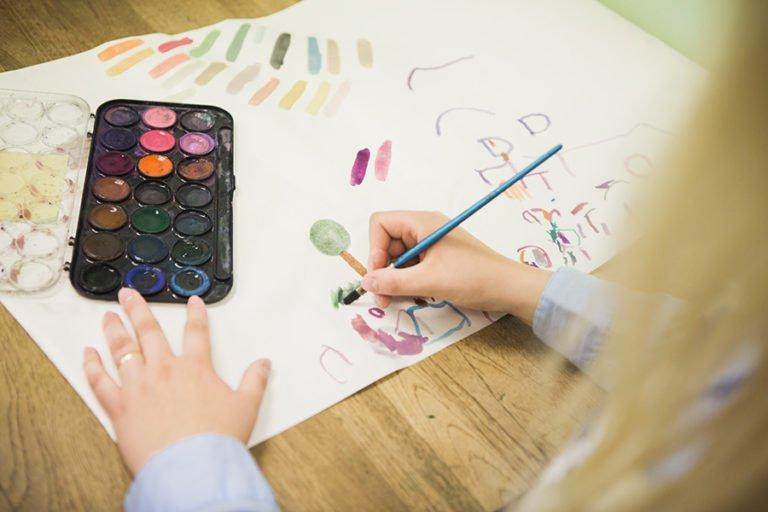 flicka målar
