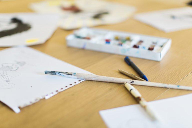 färg, papper och penslar