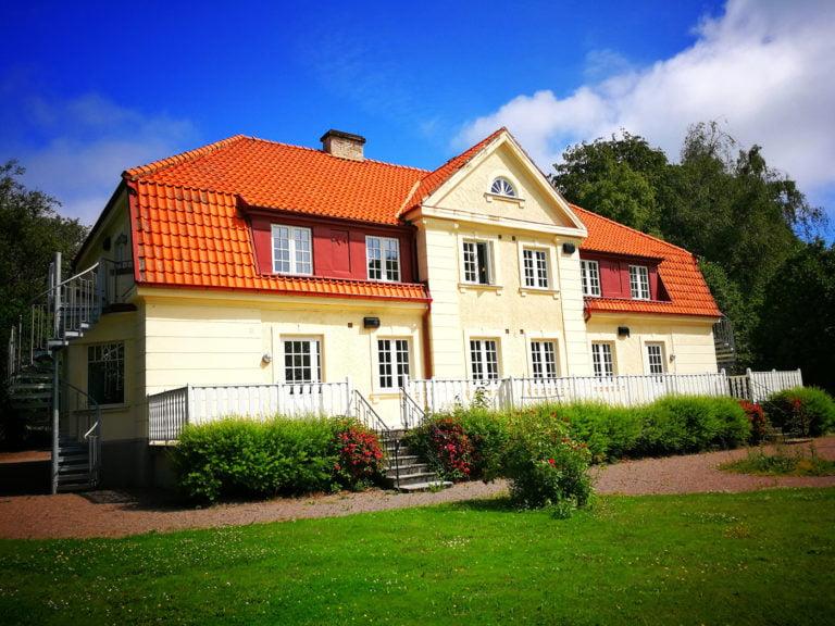 Gult hus rött tak Onsjövägen