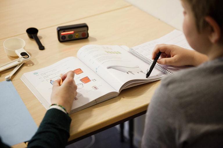 skolbok och timstock