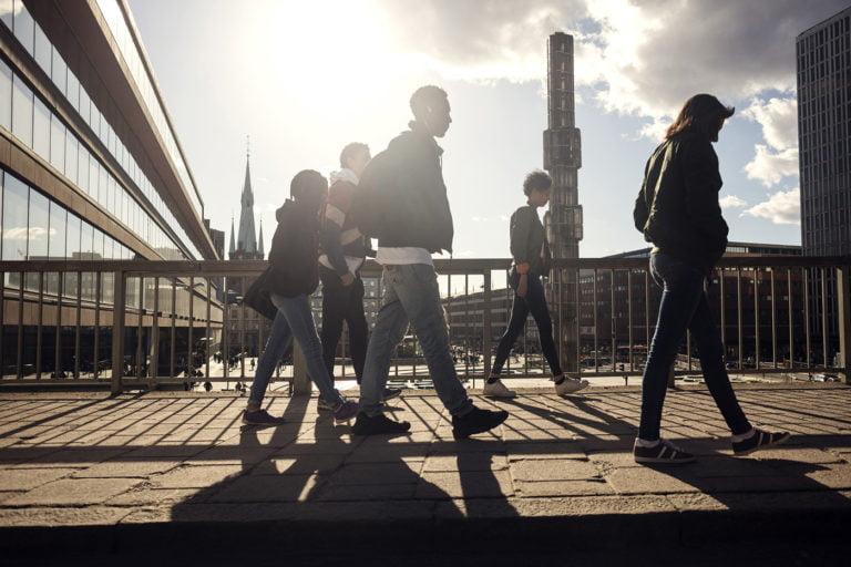 tonåringar går på bro