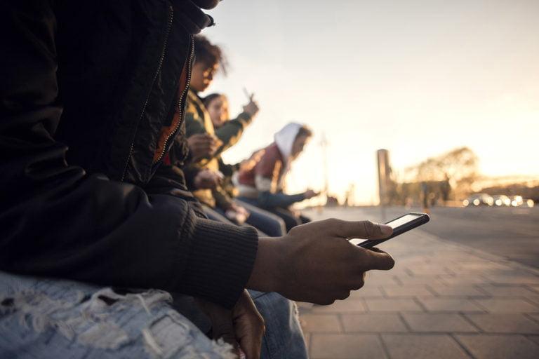 tonåringar med mobil