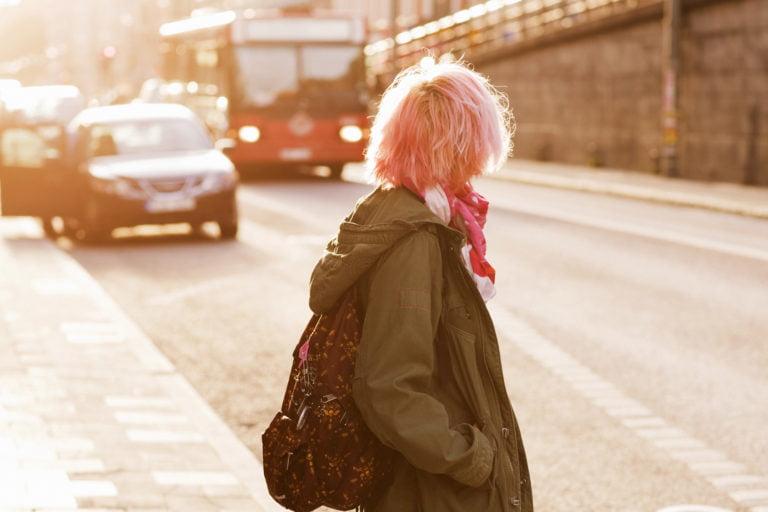 Flicka i gatumiljö